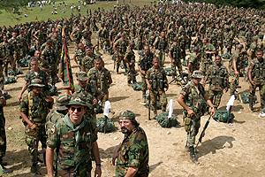 Desmovilización del Bloque Catatumbo, ocurrida el 10 de diciembre de 2004, en Tibú, Norte de Santander. Salvatore Mancuso lideró la entrega de armas. Foto: archivo Semana.