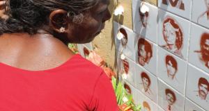 En Raddoluwa, Sri Lanka, una mujer rinde tributo en un memorial a los desaparecidos durante una ceremonia de conmemoración celebrada el 27 de octubre de cada año. En los años 80, miles de personas fueron desaparecidas en Sri Lanka en una ola de secuestros, torturas y homicidios políticos. (Foto: Vikalpa, www.vikalpa.org/)