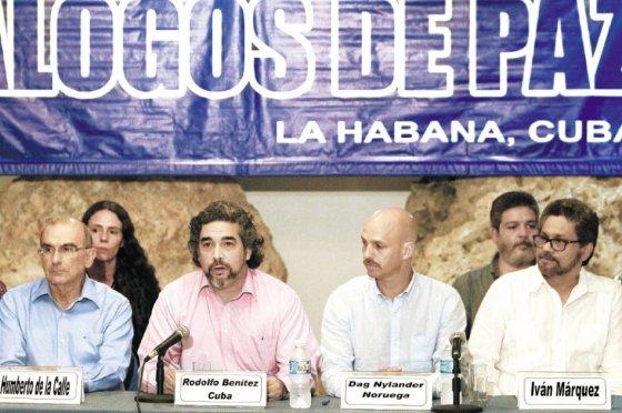 Foto tomada del portal de El Espectador/ Delegados del Gobierno y las Farc, junto a los representantes de los países garantes del proceso de paz, durante el cierre del ciclo 37 de diálogos/Ómar Nieto