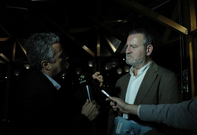"""Foto: CNAI/ Entrevista de teleSUR a Vicenç Fisas en la presentación del libro """"Diplomacias de paz: negociar en conflictos armados"""" en la Universidad Javeriana/ 09 nov 2015"""