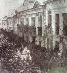 Foto: revista Credencial Historia, edición 197/ Domingo 14 de junio al medio día. Las inmediaciones del Palacio de la Carrera fueron colmadas en varias cuadras por multitudes que vivaban a Rojas Pinilla como un libertador.