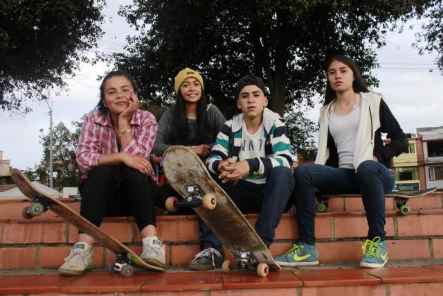 Equipo colombiano de Skaters entre 15 – 17 años conformado por Nathaly Meza Balbacea, Gabriela Mendoza, Gustavo Puerto y Luisa Porras (Izq – der). Fuente: Tomada por Paul Sánchez Ospina Coordinador Escuela de Skate Bogotá Elect Team U.S – Fundación Kamwara.