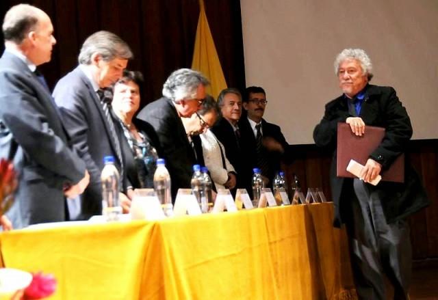 Juan Manuel Roca, Doctor Honoris Causa, Universidad Nacional de Colombia. Tomada de: https://losimportunos.wordpress.com/2014/09/28/elogio-de-la-poesia/