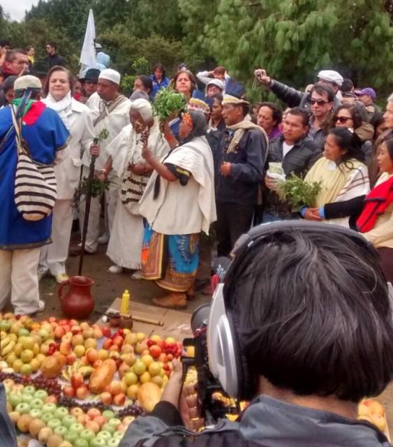 Foto Félix Cuatindoy/ Indígenas realizando un acto espiritual junto con la candidata a la alcaldía de Bogotá, Clara López.