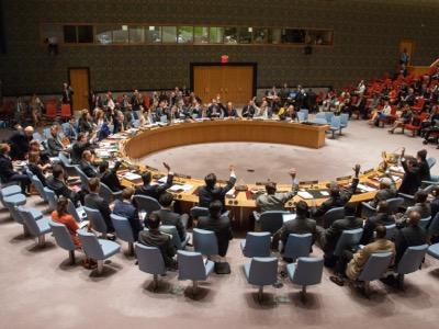 El 27 de mayo de 2015, el Consejo de Seguridad de la ONU adopta la resolución 2222 sobre la protección de los periodistas en zonas de combate, resolución adoptada por unanimidad únicamente porque no tiene en cuenta lo que realmente hacen muchos periodistas en estos tiempos de televisiones globales y guerras de cuarta generación/ Foto tomada del portal Voltairenet.org