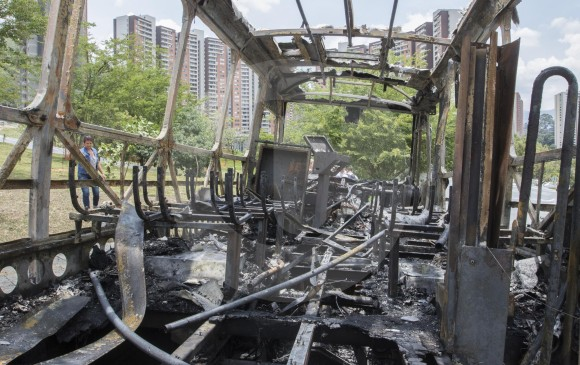 """FOTO Róbinson Sáenz/ Portal El Colombiano/ El paro de """"los Urabeños"""" dejó afectaciones en seis departamentos; cinco uniformados y dos civiles murieron en los hechos. En Medellín, colegios y locales comerciales cerraron por el miedo, y quemaron un bus en la Loma de los Bernal."""