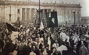 Foto: Revista Credencial Historia, edición 201/ 10 de mayo del 57. Una multitud liberal, proclama en la plaza de Bolívar el fin de la dictadura y pide la candidatura de Alberto Lleras
