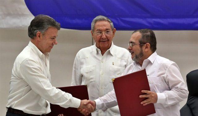 """Juan Manuel Santos, Raúl Castro y """"Timochenko"""". Foto: Agencia EFE"""