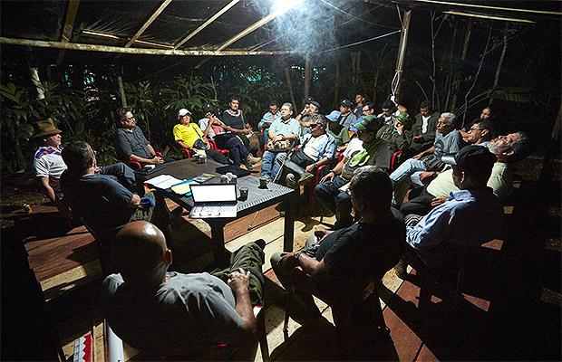 Foto: tomada de la cuentra de Twitter de 'Timochenko'./ Jefes de las Farc reunidos en la noche previa al inicio de la Décima Conferencia Nacional Guerrillera.