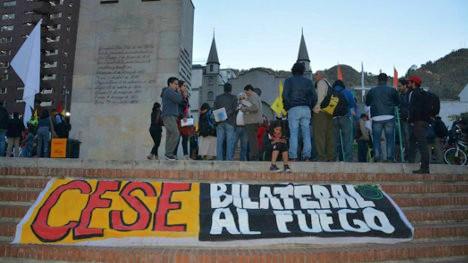 Foto: Portal Voz la verdad del pueblo/ Activistas por el cese bilateral del fuego realizan plantón en Bogotá.